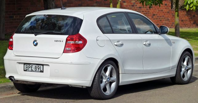 2010_BMW_120i_(E87)_5-door_hatchback_01
